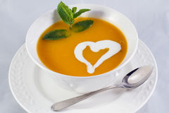 Die Kürbissuppe mit Herzen Stockfotos