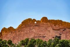Die küssende Kamelfelsformation am Garten der Götter nahe Colorado Springs in Rocky Mountains - Rock scheint körnig stockbilder