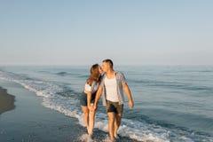 Die küssenden liebevollen Paare in dem Meer Lizenzfreie Stockbilder