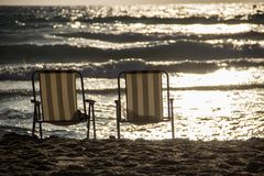 Die Küste auf dem Sand sind zwei Stühle stockbild