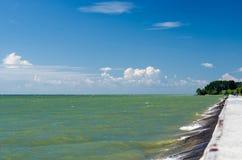Die Küste des Ob-Meeres an einem sonnigen Tag des Sommers Lizenzfreies Stockbild