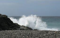 Die Küste mit schwarzen Kieseln von Fuerteventura Stockfoto