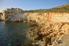 Die Küste von Ghar Lapsi lizenzfreie stockfotografie
