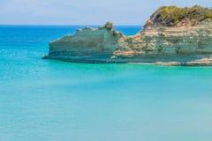 Die Küste von Insel und von schöner Klippe mit azurblauem klarem Wasser Küstenerosion Abenteuer-Europa-Reise Luftbild og lizenzfreies stockfoto
