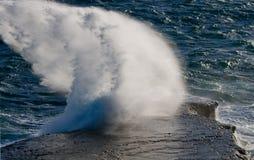 Die Küstenlinie auf der Halbinsel Valdes Wellen, die gegen die Felsen abbrechen argentinien Stockfotografie