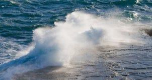 Die Küstenlinie auf der Halbinsel Valdes Wellen, die gegen die Felsen abbrechen argentinien Stockfotos
