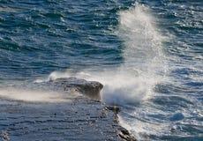 Die Küstenlinie auf der Halbinsel Valdes Wellen, die gegen die Felsen abbrechen argentinien Stockbild