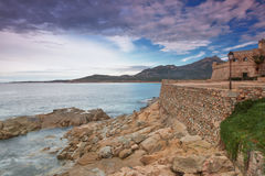 Die Küstenlinie bei Algajola, Korsika Stockbild