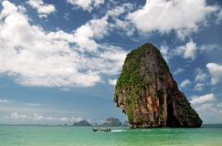 Die Küstenlinie mit Boot Lizenzfreies Stockbild