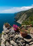 Die Küstenlinie von Ligurien, im Cinque Terre-Bereich; im Vordergrund das Treppenhaus, das zu das lokalisierte Dorf von Monestero Stockfotos