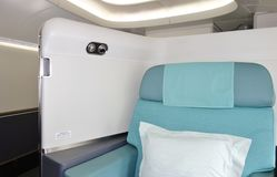Die Kabine der ersten Klasse eines Flugzeuges Korean Airlines KE Boeing 747-8 Lizenzfreies Stockfoto