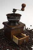 Die Kaffeemühle mit Kaffee Lizenzfreie Stockfotografie