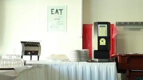 Die Kaffeemaschine und das toastier auf Tabelle stock video