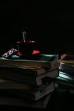 Die Kaffeetasse und die Plätzchen und die Schokolade auf Stapel Büchern stockfotografie