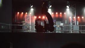 Die Kamera auf dem Kamerakran bewegt sich in Konzert stock video