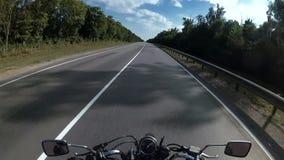 Die Kamera auf dem Sturzhelm eines Motorradfahrers, der auf der Autobahn in den Sommer reitet stock video footage