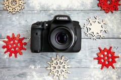 Die Kamera auf dem Weihnachtshintergrund Lizenzfreies Stockfoto