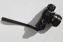Die Kamera auf einem weißen Hintergrund Lizenzfreie Stockfotografie