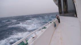 Die Kamera bewegt sich an Bord eines Bootes während eines Sturms am Meer, an den großen Wellen und am starken Wind stock footage