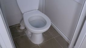 Die Kamera Bewegt Sich Innerhalb Der öffentlichen Toilette Stock ...
