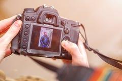 Die Kamera in den Händen eines schönen Rahmens auf dem Schirm lizenzfreies stockbild