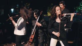 Die Kamera ist entfernt sehr dynamisch die Leistung, die kühle Rockgruppe mit dem instrumentellen Programm durchgeführt hat stock footage