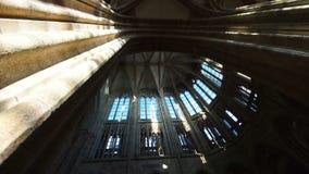 Die Kamera spinnt unter den Bogen des Tempels auf der Insel von Mont-Heilig-Michel stock video footage
