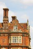 Die Kamine und die Dachspitze eines Tudor-Gebäudes, England Stockfotografie