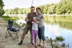 Die kampierenden und fischenden Leute, Familie Active in der Natur, Fisch fingen auf Köder, Fluss und Wald, Sommersaison Lizenzfreie Stockfotos