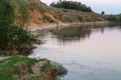 Die Kante des Flusses am Abend Lizenzfreie Stockbilder