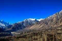 Die Karakoram-Gebirgsstrecke im Pakistan stockfotos