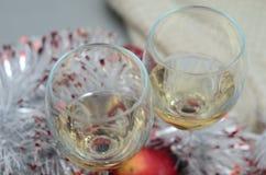 Die Karte des neuen Jahres mit zwei Gläsern Wein stockfotos