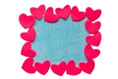 Die Karte des Valentinsgrußes mit Lehmherzen auf einem weißen Hintergrund Stockfoto