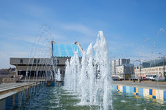 Die Kaskade von Brunnen am Theater Kamala, sonnig Maifeiertag Kasan, Tatarstan Stockbilder