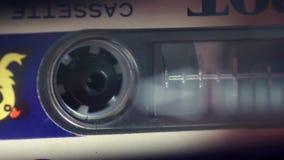 Die Kassette wird auf einem Tonbandgerät gespielt stock footage