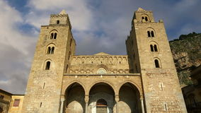 Die Kathedrale-Basilika von Cefalu, ist eine Roman Catholic-Kirche in Cefalu, Sizilien, Süd-Italien stock footage