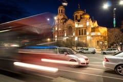 Die Kathedrale der Annahme, VARNA, BULGARIEN, 2018 am 8. März, lluminated am Nacht-VERKEHR lizenzfreie stockfotos