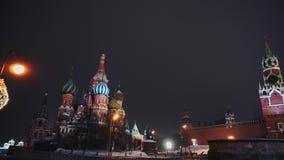 Die Kathedrale des Heilig-Basilikums, der Kreml-Uhr, der Kreml-Wand, Panorama, Nacht, keine Leute stock video footage