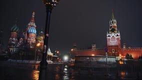 Die Kathedrale des Heilig-Basilikums, der Kreml-Uhr, der Kreml-Wand, Panorama, Nacht, keine Leute stock video