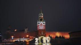 Die Kathedrale des Heilig-Basilikums, der Kreml-Uhr, der Kreml-Wand, Panorama, Nacht, keine Leute stock footage