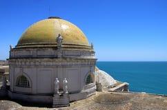 Die Kathedrale des heiligen Kreuzes in der alten Seestadt von Cadiz wird eins von den größten in Spanien betrachtet lizenzfreie stockfotografie