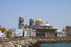 Die Kathedrale des heiligen Kreuzes in der alten Seestadt von Cadiz wird eins von den größten in Spanien betrachtet stockfotos