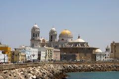 Die Kathedrale des heiligen Kreuzes in der alten Seestadt von Cadiz wird eins von den größten in Spanien betrachtet stockfotografie