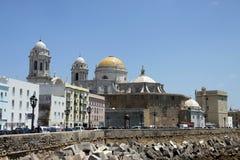 Die Kathedrale des heiligen Kreuzes in der alten Seestadt von Cadiz wird eins von den größten in Spanien betrachtet lizenzfreies stockbild