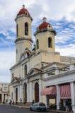 Die Kathedrale in Jose Marti Park in Cienfuegos, Kuba lizenzfreie stockfotos