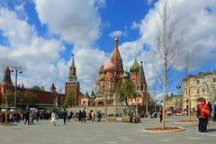 Die Kathedrale St.-Basilikums und der Turm des Kremls Spasskaya auf rotem Quadrat in Moskau Russland lizenzfreies stockbild
