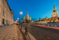 Die Kathedrale und das Spasskaya St.-Basilikums ragen in die Dämmerung hoch Stockfotos