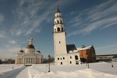 Die Kathedrale und der lehnende Turm Nevyansk stockfotos