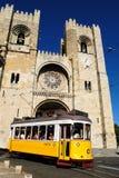 Die Kathedrale und Tram 28 in Lissabon, Portugal Stockfoto