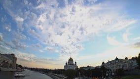 Die Kathedrale von Christus der Retter bei Sonnenuntergang Weich weiße und graue Wolken sind, bewegend umwandelnd und über den bl stock footage